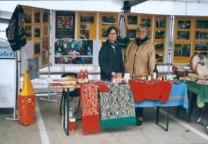 Der Stand des DWKP beim Umweltmarkt in Herdecke, im Jahr 2000. Links Marianne Plaßmann, rechts Margret Heer.