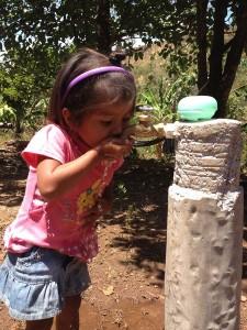 14-04 mädchen sauberes trinkwasser