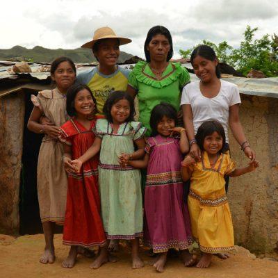 Eine Ngöbe Familie: die Mädchen tragen die typischen farbenfrohen Nahua-Kleider, die Ausdruck indigenen Stolzes und im ganzen Land bekannt sind.