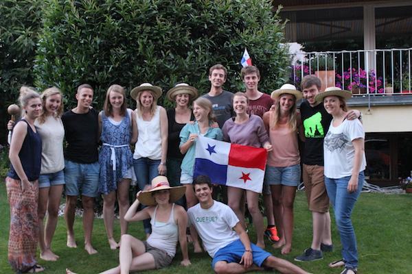 Eine Gruppe unserer Freiwilligen bei einem Treffen 2013