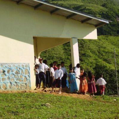 Kinder vor ihrer neuen Schule