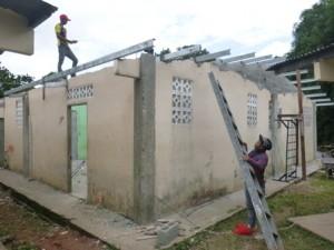 Die Bauarbeiten am neuen Dach des Internats.