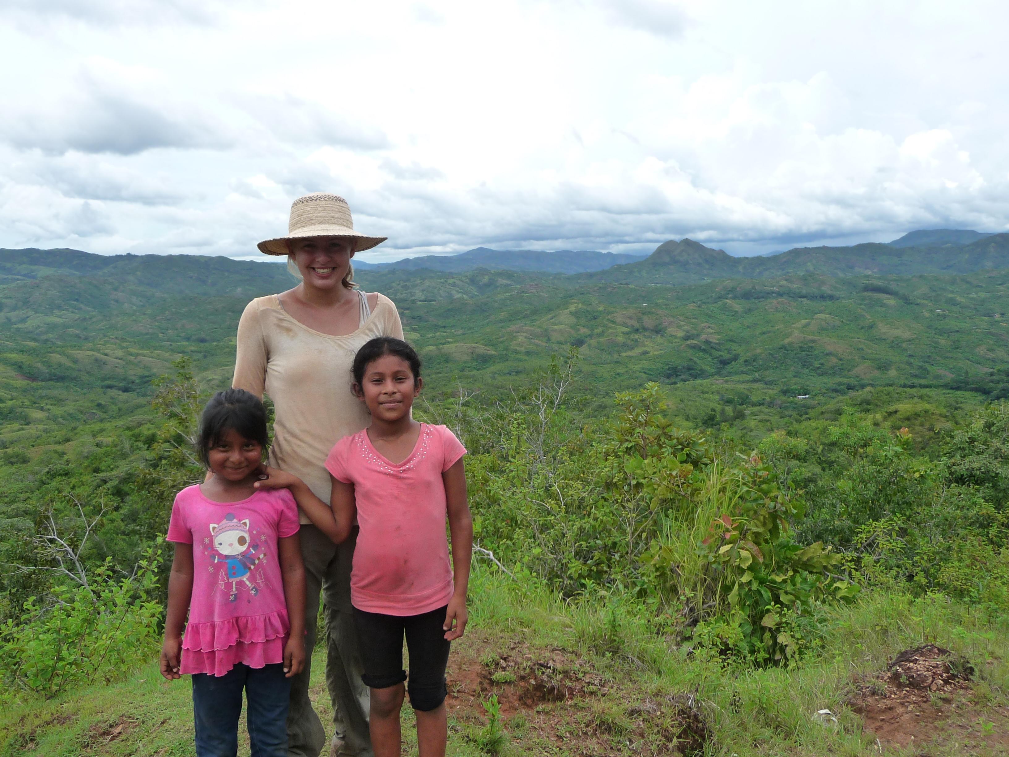 Freiwillige Hannah mit zwei Kindern in den Bergen von Veraguas