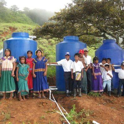Trinkwasserleitungen im Dorf Alto Tólica