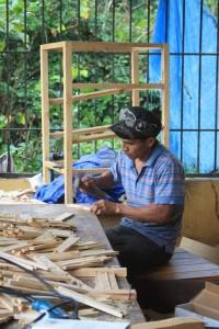 Auszubildender Miguel bei der Arbeit in der Schreinerei. Hier werden gerade Bienenkästen für unser Imkereiprojekt gebaut!
