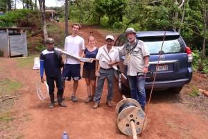 12-02 El Rosario Trinkwasserleitung Gruppenfoto Aaron Katrin Lorenzo