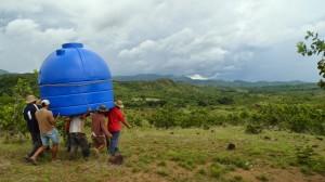 14-04 Dorfbewohner tragen Tank