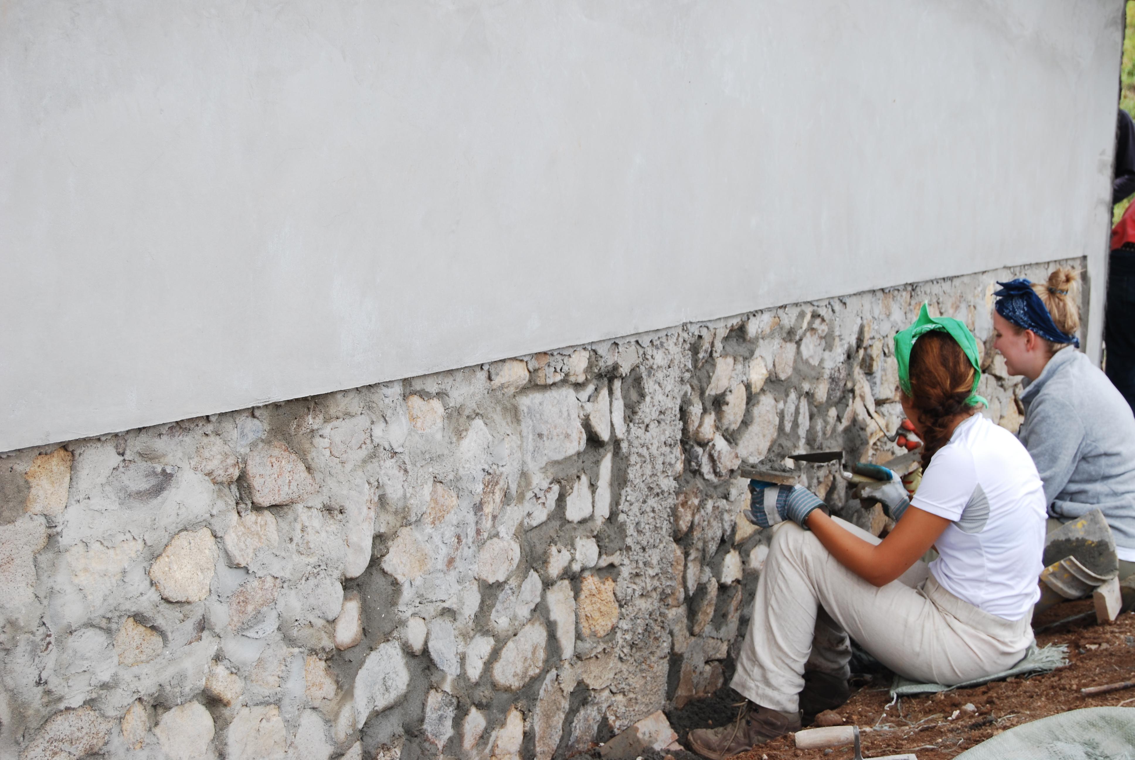 Die Freiwilligen Andrea und Luca beim Streichen einer Wand der Schule in Piedra de Fogón im September 2015