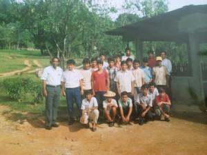 Ein Lehrer mit der Gruppe der Internatsschüler kurz nach der Eröffnung des Internats.