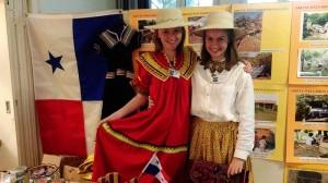Die Freiwilligen Lina Sparla und Ronja Reuter im indigenen Nahua- und einem volkstümlichen Pollera-Kleid (v.l.).