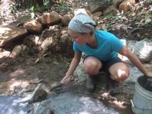 Freiwillige Lorena bei schweisstreibender Arbeit: dem Einfassen der Quelle