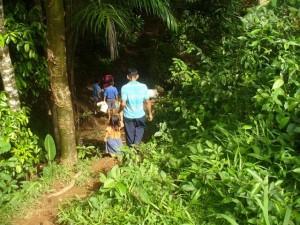Eine Familie auf dem Weg zur Wasserstelle in der Nähe von Pueblo Nuevo