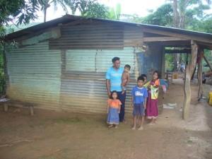 Eine Familie vor ihrem Haus in Pueblo Nuevo