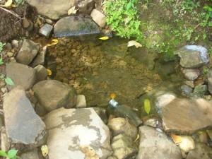 Die aktuelle Wasserstelle des Dorfes wurde für den Bau der Trinkwasserleitungen eingefasst und ist nun vor Verunreinigungen geschützt.