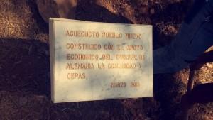 Die Plakette, die zum Abschluss des Projektes an der Quelle angebracht wurde.