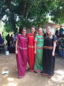 Die Freiwilligen Viktoria, Andrea, Lorena und Luca (v.l.) bei der Abschlussfeier des Projektes. Sie tragen alle die typischen farbenfrohen Nahua-Kleider der indigenen Ngöbe-Buglé.