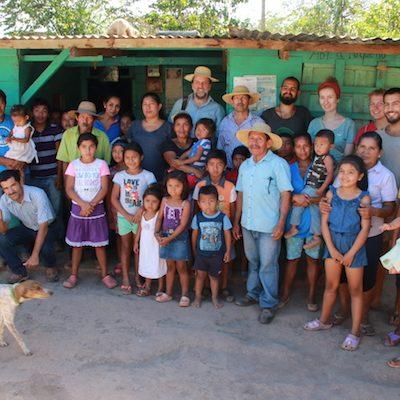 Dorfgemeinschaft Mata Redonda mit Freiwilligen und Vorstandsmitgliedern des PanamaKreises sowie Mitarbeiter von CEPAS